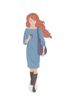 Jovem mulher com cabelo vermelho em um vestido azul com uma bolsa roxa e telefone na mão. moça caminhando. ilustração