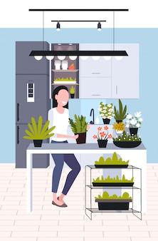 Jovem mulher cuidando de plantas de casa menina desfrutando de seu hobby de ecologia ficar em casa estilo de vida conceito