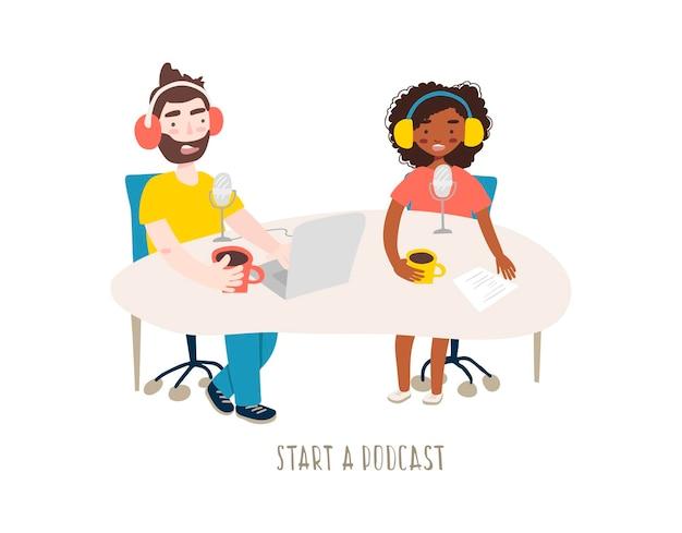 Jovem mulher e homem gravando um podcast em um estúdio com microfone e laptop.