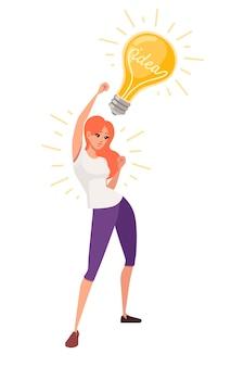 Jovem mulher feliz com a mão levantada tem uma ideia de personagem de desenho animado de lâmpada amarela retrô