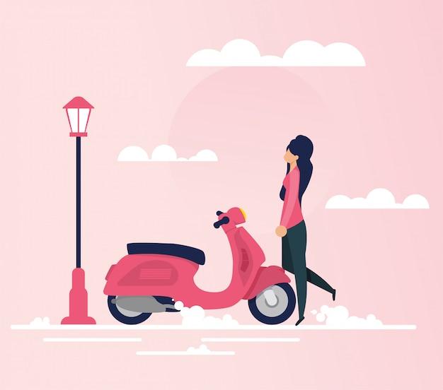 Jovem mulher indo em viagem de ciclomotor plana