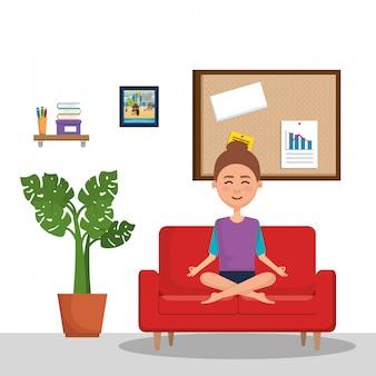 Jovem mulher praticando ioga no sofá