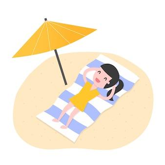 Jovem mulher relaxante na praia.