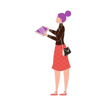 Jovem mulher segurando um tablet usando a tecnologia g para educação, negócios ou lazer