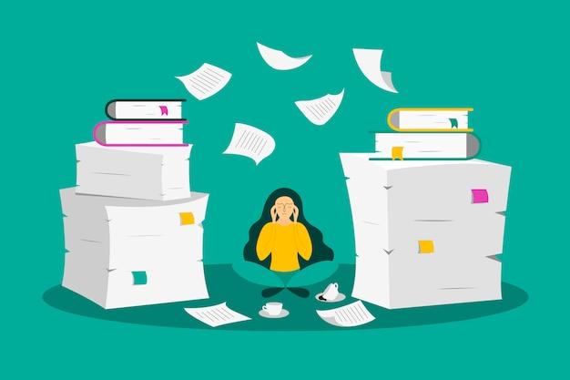 Jovem mulher senta-se entre as pilhas de papel
