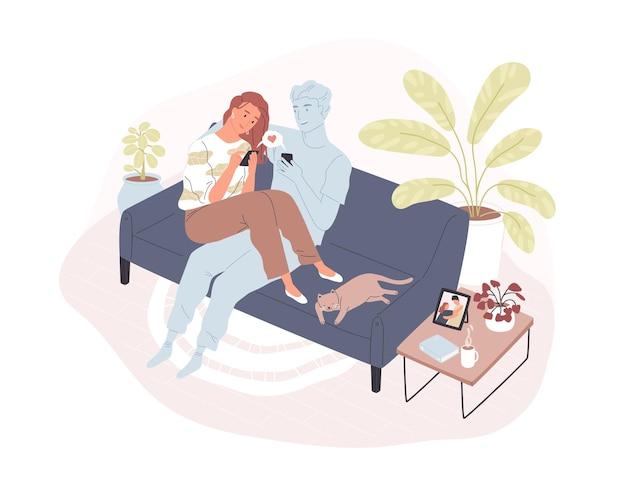 Jovem mulher sorridente, sentada em um sofá confortável com seu parceiro romântico virtual, segurando um smartphone e enviando uma mensagem de amor