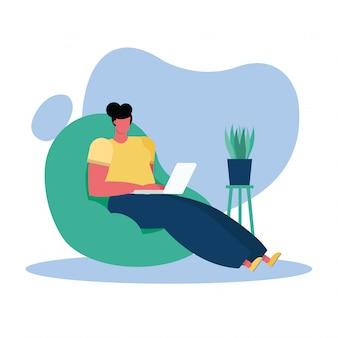Jovem mulher usando laptop na sala de estar
