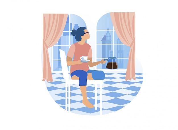 Jovem mulher vai tomar seu café em casa