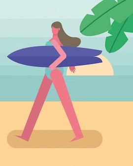 Jovem mulher vestindo maiô andando com caráter de prancha de surf