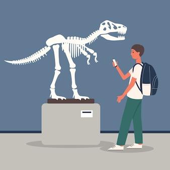 Jovem na sala de exposição do museu de arqueologia