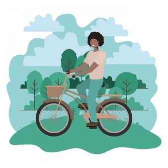 Jovem negro em bicicleta no parque