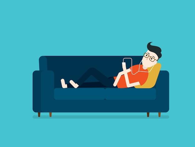 Jovem ouvir música deitado relaxar no sofá