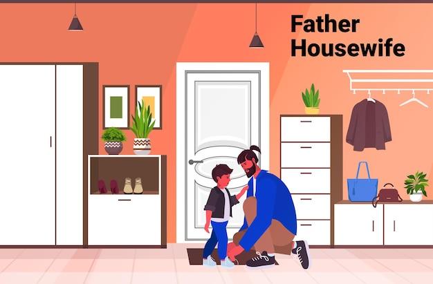 Jovem pai amarrando os cadarços em botas infantis conceito de paternidade pai passando tempo com seu filho em casa ilustração vetorial espaço cópia horizontal de comprimento total