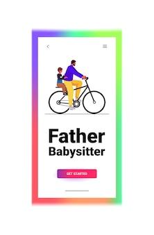 Jovem pai andando de bicicleta com filho pequeno conceito de paternidade pai passando tempo com seu filho vertical