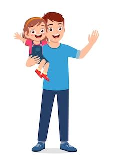Jovem pai bonito carregando um filho fofo