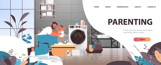 Jovem pai dando banho filho pequeno na banheira pequena paternidade conceito de paternidade pai passando tempo com o bebê em casa ilustração vetorial espaço horizontal cópia espaço interior de comprimento total