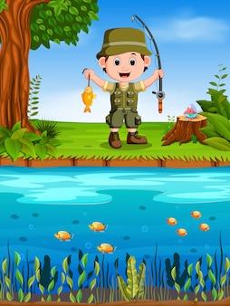 Jovem pescador pesca em um rio