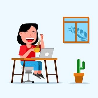 Jovem profissional trabalha em casa e toma um café