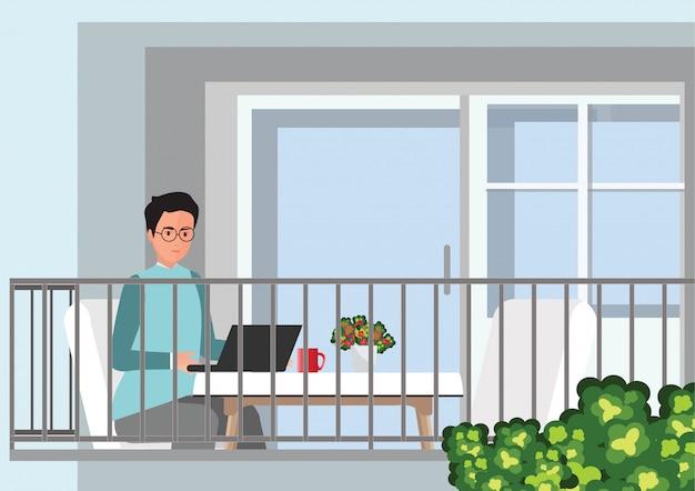 Jovem profissional trabalhando em casa em sua mesa com o laptop.