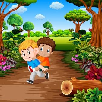 Jovem rapaz carregando o melhor amigo de costas para a floresta