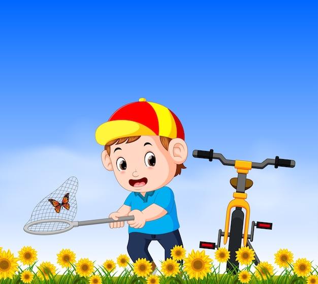 Jovem rapaz com bicicleta pegando butterflyin a selva