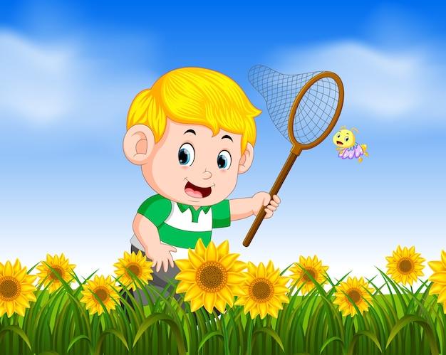 Jovem rapaz pegando butterflyin a selva