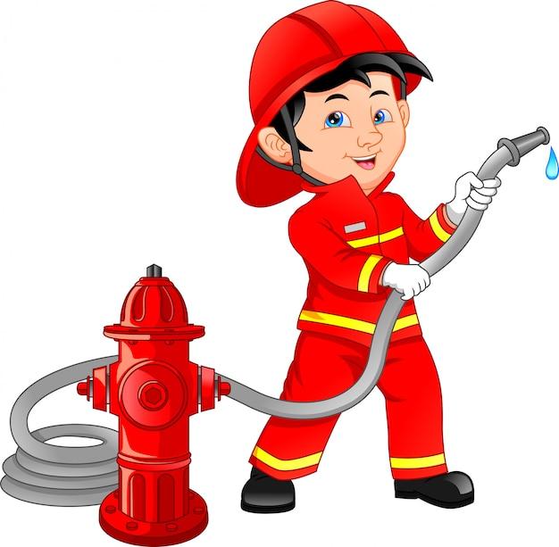 Jovem rapaz vestindo desenhos animados de bombeiro