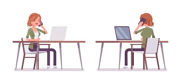Jovem ruiva sentada e trabalhando na mesa