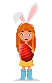 Jovem ruiva sorridente usando orelhas de coelho