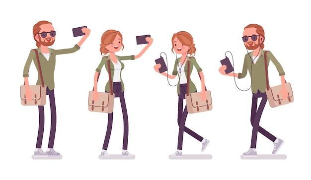 Jovem ruivo e mulher com smartphone