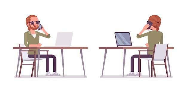 Jovem ruivo sentado e trabalhando na mesa