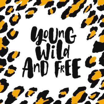 Jovem selvagem e livre. mão escrita rotulação citação com moldura de textura de leopardo na moda.
