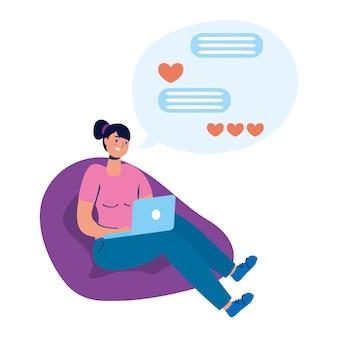 Jovem sentada no sofá usando laptop conversando.