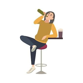 Jovem sentado no banquinho no bar e bebendo cerveja da garrafa. personagem de desenho animado masculino com abuso de álcool, isolado no fundo branco. alcoólatra ou bêbado. ilustração em vetor plana colorida.