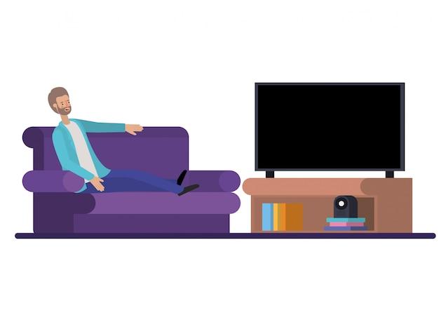 Jovem sentado no sofá assistindo tv