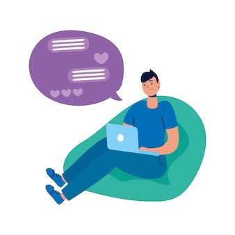 Jovem sentado no sofá usando laptop e bate-papo romântico.