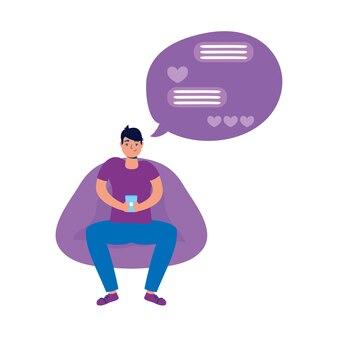 Jovem sentado no sofá usando smartphone e bate-papo romântico.