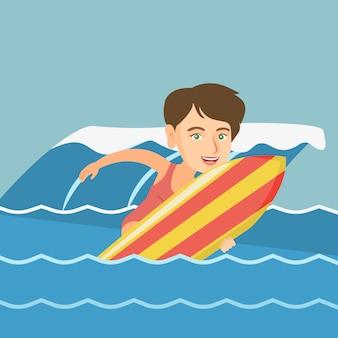 Jovem surfista caucasiana em ação em uma prancha de surf.