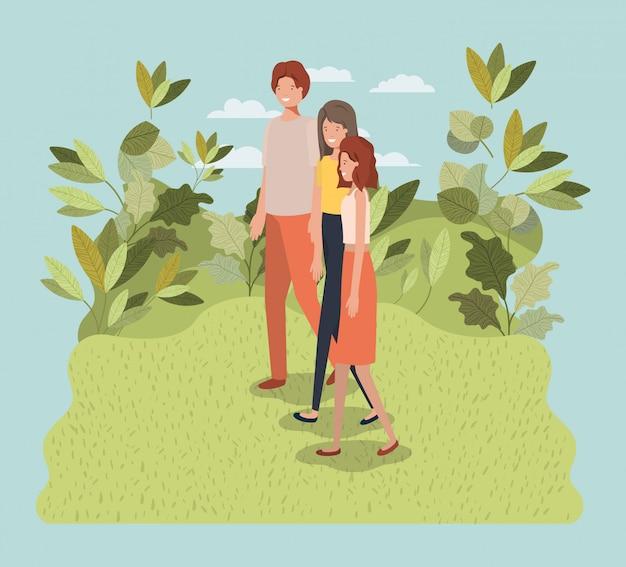 Jovens andando sobre os personagens do parque