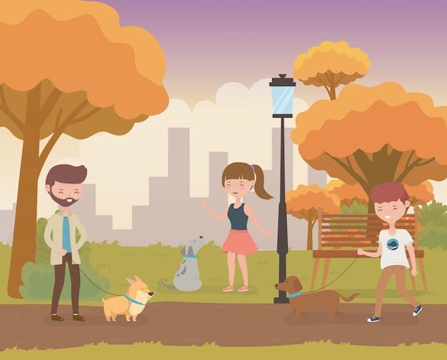 Jovens com bonitos cachorrinhos mascotes no campo