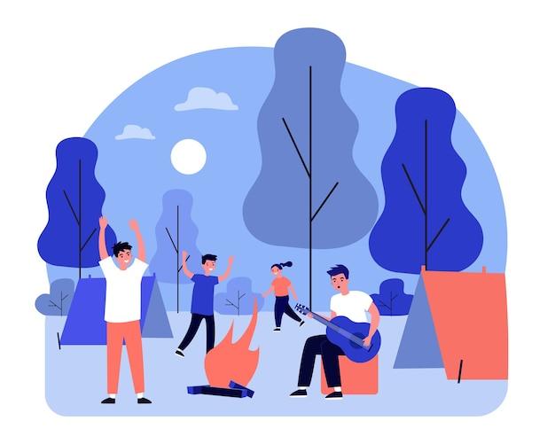 Jovens felizes desfrutando de acampamento. cara tocando violão, estudantes, ilustração de adolescentes. atividades ao ar livre, conceito de viagens de aventura para banner, site ou página de destino