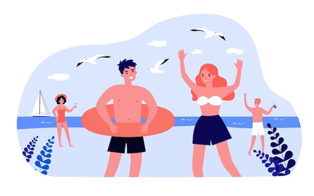 Jovens relaxantes na ilustração vetorial plana de praia. homens e mulheres em trajes de banho, bóia salva-vidas, coquetéis, gaivotas, veleiro no fundo. lazer, férias, resort, conceito à beira-mar para design de banner