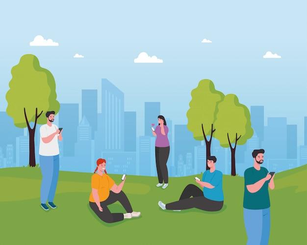 Jovens usando smartphones ao ar livre, mídia social e conceito de tecnologia de comunicação