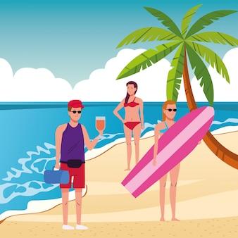 Jovens vestindo maiôs na praia personagens