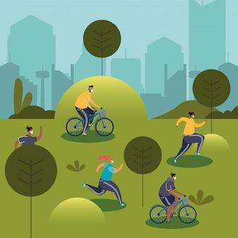 Jovens vestindo máscaras médicas correndo em bicicletas