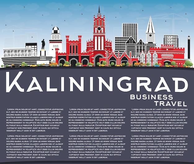 Kaliningrado rússia city skyline com cor edifícios, céu azul e espaço de cópia. viagem de negócios e conceito de turismo com arquitetura histórica. kaliningrado, paisagem urbana com pontos turísticos.