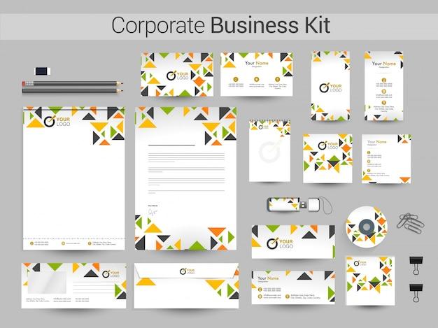 Kit de identidade corporativa com triângulos coloridos.