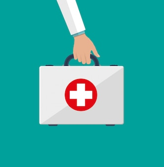 Kit de primeiros socorros nas mãos dos médicos