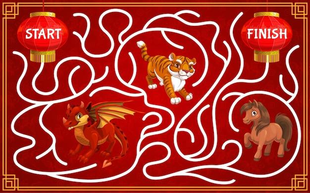 Labirinto infantil, jogo infantil de ano novo com animais do zodíaco chinês Vetor Premium