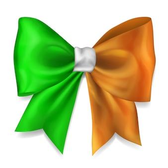 Laço grande feito de fita nas cores da bandeira da irlanda com sombra no fundo branco